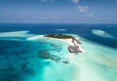 Widok z lotu ptaka tropikalna wyspa w oceanie indyjskim, Maldives fotografia stock