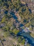 Widok z lotu ptaka trute?, naturalna krajobrazowa rzeka z i barwioni drzewa na bankach, zdjęcie stock