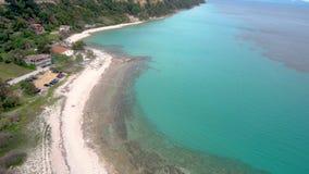 Widok z lotu ptaka turkusowa oszałamiająco plaża, Athitos Halkidiki Grecja, rusza się naprzód i zmniejszający się trutniem zbiory