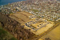 Widok z lotu ptaka typowy mieszkaniowy neighbourhood w budowie Zdjęcia Royalty Free