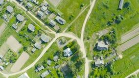 Widok z lotu ptaka ulica z drogą w wiosce skrzyżowanie z budynkami mieszkalnymi zbiory