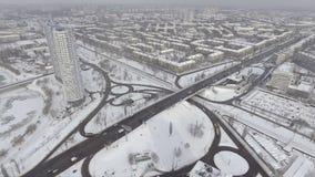 Widok z lotu ptaka uliczny ruch drogowy i budynki zakrywający z śniegiem zbiory wideo