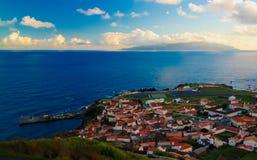 Widok z lotu ptaka Vila robi Corvo i Flores wyspie przy zmierzchem, Corvo wyspa, Azores, Portugalia Obraz Stock