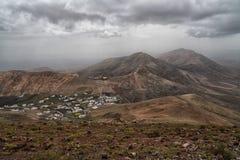 Widok z lotu ptaka volcanoes, Lanzarote krajobrazowy burzowy niebo Obraz Stock