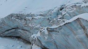 Widok z lotu ptaka w górę krawędzi bieżący lodowiec zakrywający z śniegu i kamieni wysokością w górach Naturalny zniszczenie zbiory