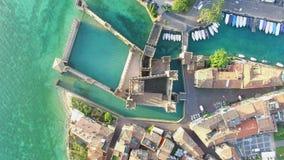 widok z lotu ptaka W Sirmione Scaliger Kasztel Jeziorny Garda, Włochy 4K zdjęcie wideo