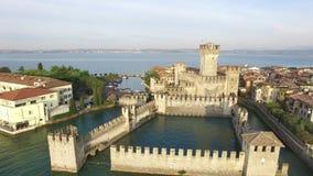 widok z lotu ptaka W Sirmione Scaliger Kasztel Jeziorny Garda, Włochy 4K zbiory wideo