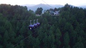 Widok z lotu ptaka wagon kolei linowej przejażdżka, nieba krzesła dźwignięcie dla turystów przy wzgórze stacji kurortem zbiory wideo