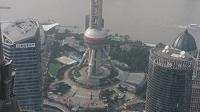 Widok z lotu ptaka wieżowowie z rzeką w Szanghaj, Chiny, poważna mgiełka zbiory wideo