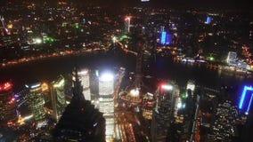 Widok z lotu ptaka wieżowowie z rzeką w Szanghaj przy nocą, Chiny, czasu upływ zbiory wideo