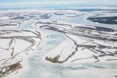 Widok z lotu ptaka wielka rzeka z spławowymi lodowymi floes podczas zmierzchu dryfujący lód napędowy lód Lodowy floe Obrazy Stock