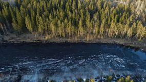 Widok z lotu ptaka wielki jezioro podczas wiosna dnia z ?niegiem zdjęcie royalty free