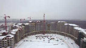 Widok z lotu ptaka wielo- kondygnacja budynku budowa w śniegu zdjęcie wideo