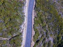 Widok z lotu ptaka wijące drogi francuza wybrzeża nakrętki Corse półwysep, Corsica linia brzegowa Francja Fotografia Stock