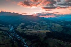 Widok z lotu ptaka wioska w Karpackich górach Zdjęcia Stock