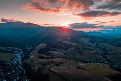 Widok z lotu ptaka wioska w Karpackich górach na zmierzchu Fotografia Royalty Free