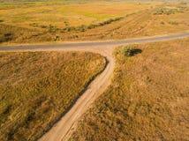 Widok z lotu ptaka wioski żniwa i drogi pola zdjęcie stock