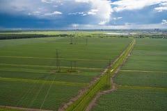 Widok z lotu ptaka wysocy woltaży pilony, linie energetyczne i Zdjęcie Stock