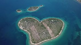 Widok z lotu ptaka wyspa w formie serca, Chorwacja, wyspa kochankowie, Otok Galesnnjak, wysepka, skała Także nazwany otoku za Za zbiory wideo