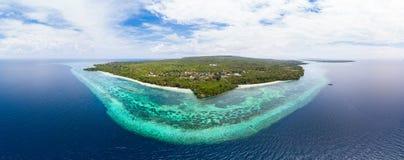 Widok z lotu ptaka wyspy rafy tropikalny plażowy morze karaibskie Indonezja Wakatobi archipelag, Pulau Tomia Odgórny podróż turys zdjęcie stock