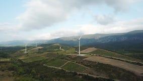 Widok z lotu ptaka wzgórza i winnicy w Śródziemnomorskiej wsi w wschodnim Pyrenean, Francja zbiory