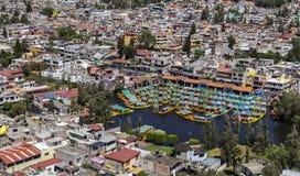 Widok z lotu ptaka xochimilco nabrzeże dla turystycznych wycieczek turysycznych zdjęcie royalty free