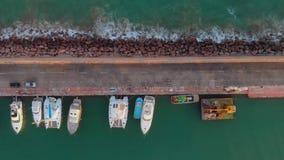 Widok z lotu ptaka załatwiał koszt stały łodzie w porcie z ludźmi chodzić, zdjęcie wideo