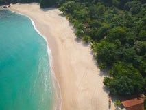Widok z lotu ptaka zadziwiająca biała piaskowata plaża z turkus wodą w tropikalnym kraju zdjęcia stock
