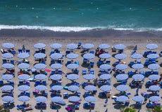 Widok z lotu ptaka zadziwiająca plaża z kolorowymi parasolami i peo Zdjęcie Royalty Free