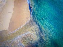 Widok z lotu ptaka zadziwiający błękitny morze, biały piasek, falowy łamanie obrazy royalty free