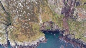 Widok z lotu ptaka zadziwiaj?cy seacliffs przy r?g g?ow? w Donegal, Irlandia - zdjęcie wideo