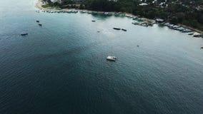 Widok z lotu ptaka zakotwiczająca catamaran jachtu pozycja i ludzie konserwujemy sunbathing na nim jesteśmy pokładem zbiory