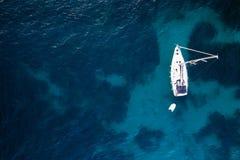 Widok z lotu ptaka zakotwiczający żegluje jacht zdjęcie stock