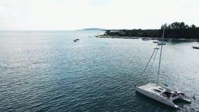 Widok z lotu ptaka zakotwiczaj?ca catamaran jachtu pozycja i ludzie konserwujemy sunbathing na nim jeste?my pok?adem zbiory