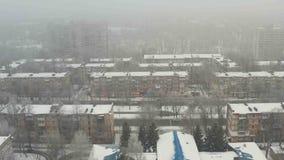 Widok z lotu ptaka zakrywający z śniegiem budynku dach zbiory
