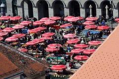 Widok z lotu ptaka zakrywający z parasols w Zagreb Dolac rynek fotografia royalty free