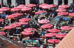Widok z lotu ptaka zakrywający z parasols w Zagreb Dolac rynek zdjęcia stock