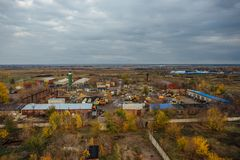 Widok z lotu ptaka zaniechana teren przemysłowy strefa od above, betonowi budynki, przemysł i rolniczy okręg, Obrazy Stock