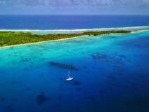 Widok z lotu ptaka zapadnięty WWII statku wrak z zakotwiczającym jachtem i tylną sceną piękną wyspy, morza/ fotografia stock