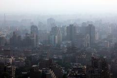 Widok z lotu ptaka zatłoczony Cairo z mgławym lotniczym warunkiem w Egypt Fotografia Royalty Free