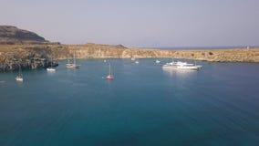 Widok z lotu ptaka zatoka z jachtami i łodziami zbiory