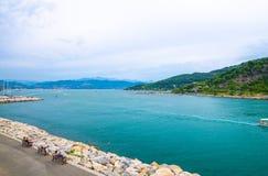 Widok z lotu ptaka zatoka Spezia turkusu woda, Portovenere miasteczka kamienia deptaka quay, Palmaria wyspa zdjęcia royalty free