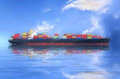 Widok z lotu ptaka zbiornika statek lub ładunku naczynia żeglowania statek przy morzem a Zdjęcia Stock