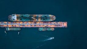 Widok z lotu ptaka zbiornikowiec do ropy statek przy portem, widok z lotu ptaka oleju termin Fotografia Royalty Free