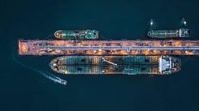Widok z lotu ptaka zbiornikowiec do ropy statek przy portem, widok z lotu ptaka oleju termin Obrazy Stock