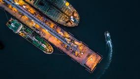 Widok z lotu ptaka zbiornikowiec do ropy statek przy portem, widok z lotu ptaka oleju termin Obraz Royalty Free
