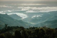 Widok z lotu ptaka zielony las z morzem mg?a i chmury woko?o pasma g?rskiego obrazy royalty free