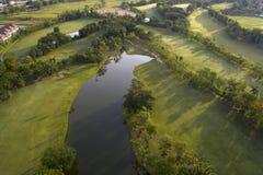 Widok z lotu ptaka zielony pole golfowe w Tajlandia obraz stock