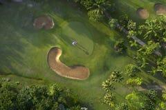 Widok z lotu ptaka zielony pole golfowe w Tajlandia obrazy stock