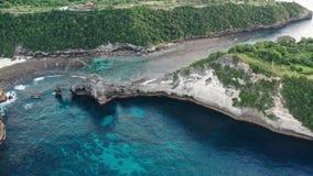 Widok z lotu ptaka zielony tropikalny wybrzeże wyspa Nusa Penida, Atuh plaża, Bali, Indonezja Jasne błękitne ocean fale zdjęcie wideo